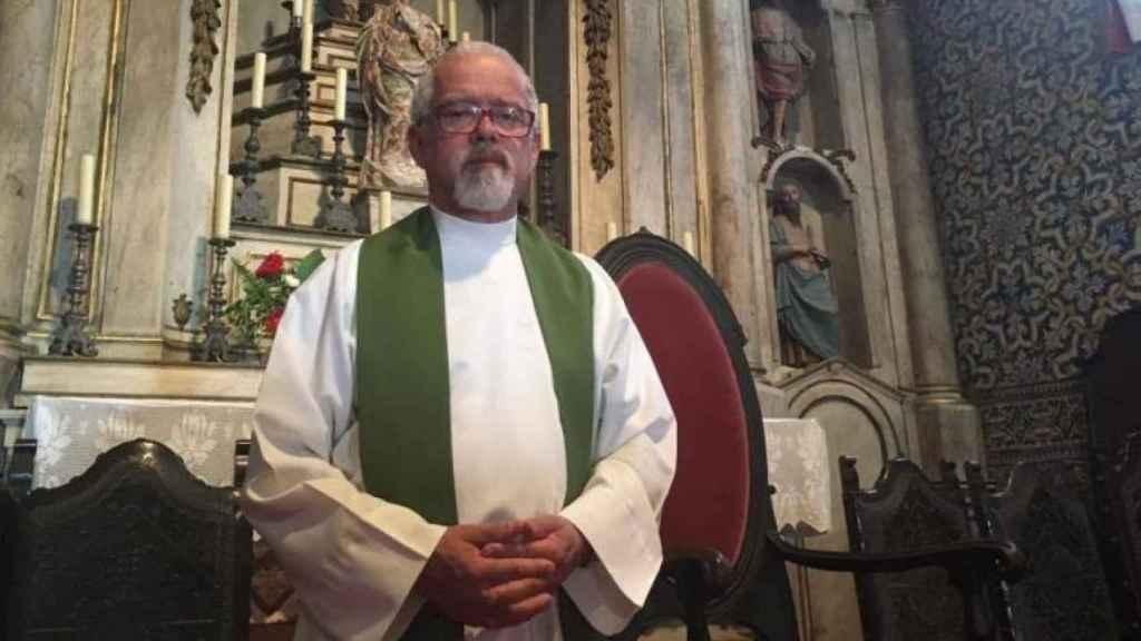 El padre Júlio Santos es el encargado de oficiar los funerales de más de 40 víctimas del incendio de Portugal.