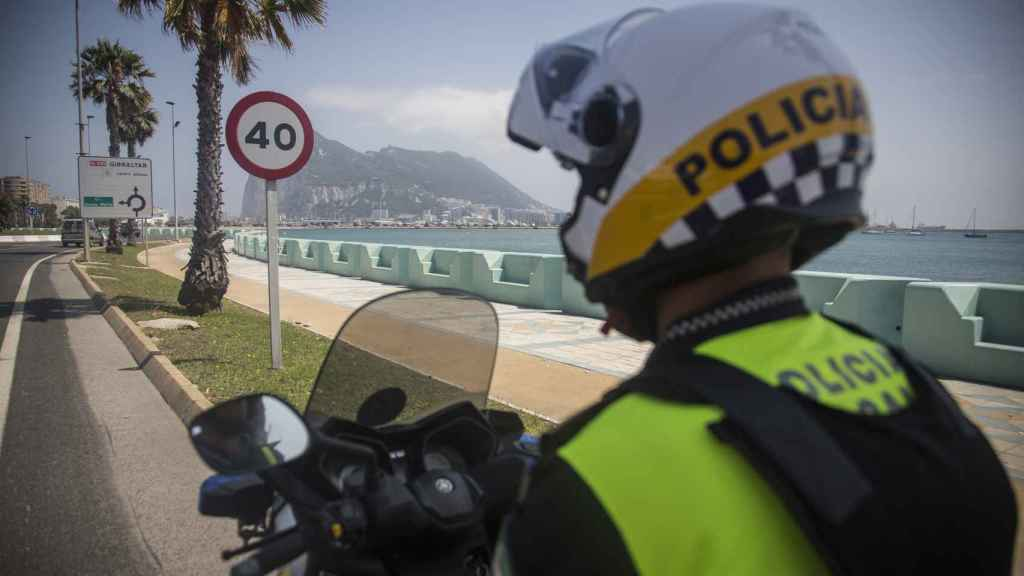 Un agente de la Policía Local de La Línea patrullando con su moto por las calles del pueblo. Todos los compañeros disponen de chalecos antibalas personalizados.