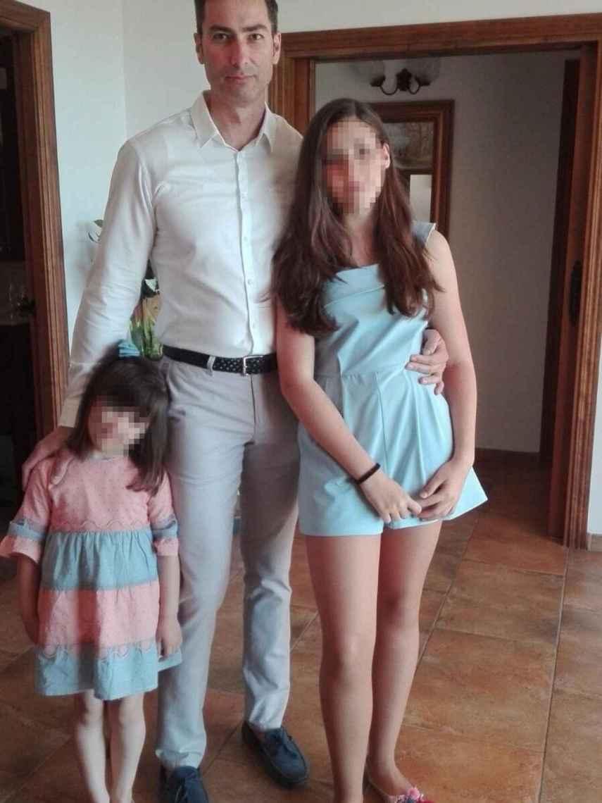 Víctor Sánchez, el policía local fallecido, junto a sus dos hijas. Tenía 46 cuando le atropellaron unos compañeros que perseguían a traficantes de tabaco.