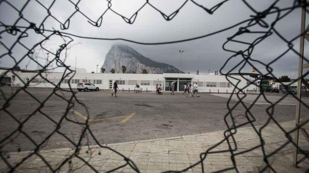 Los contrabandistas de tabaco sacan decenas de cajas a través de la frontera  que separa Gibraltar de La Línea de la Concepción.