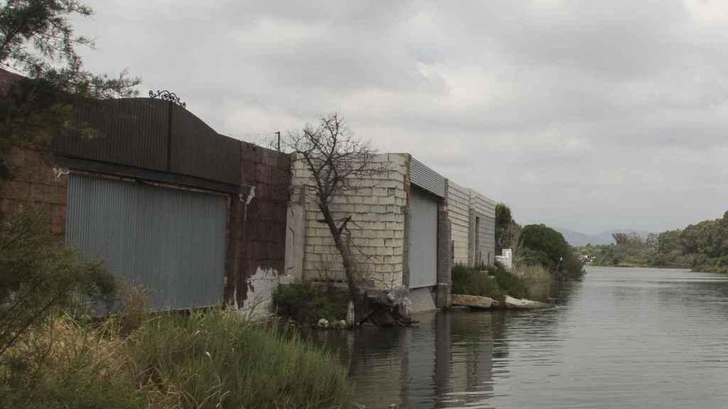 Narcoembarcaderos construidos en la parte trasera de los chalets de la Avenida de Las Golondrinas.