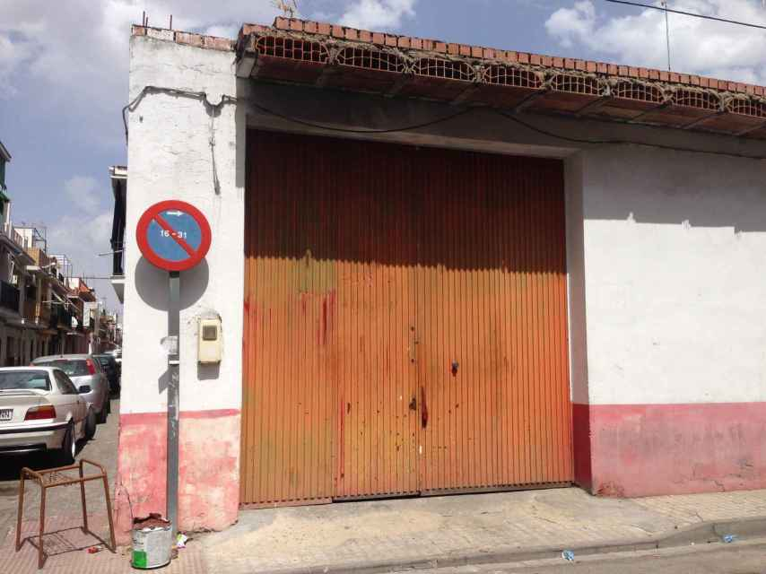 Portal del garaje en cuyo interior Francisco cosió a puñaladas a Encarnación.