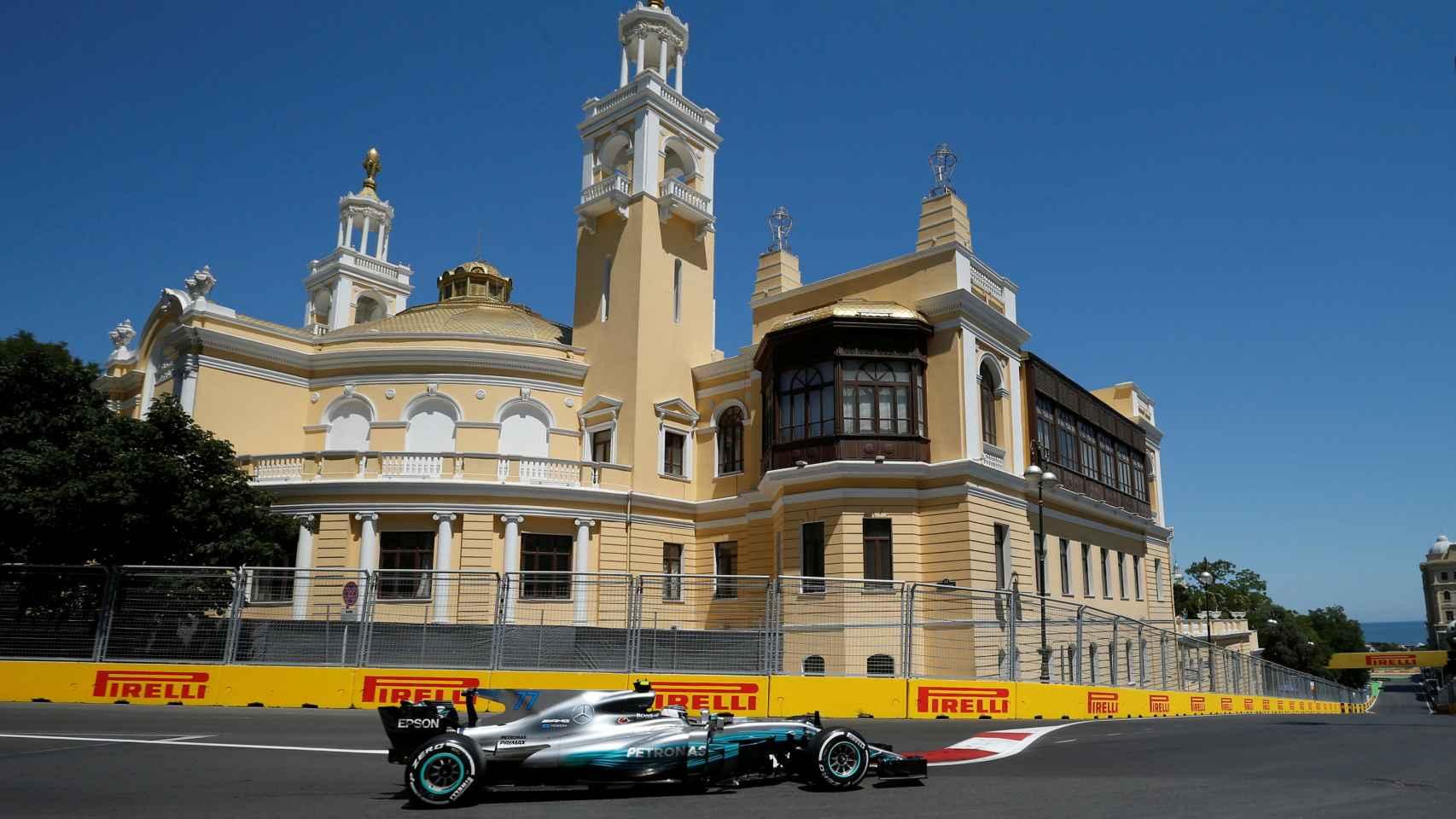 El Mercedes de Bottas, en el circuito urbano de Bakú.
