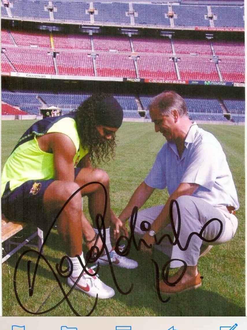 El doctor Bernat Vázquez, con Ronaldinho durante su paso paso por el Barcelona.
