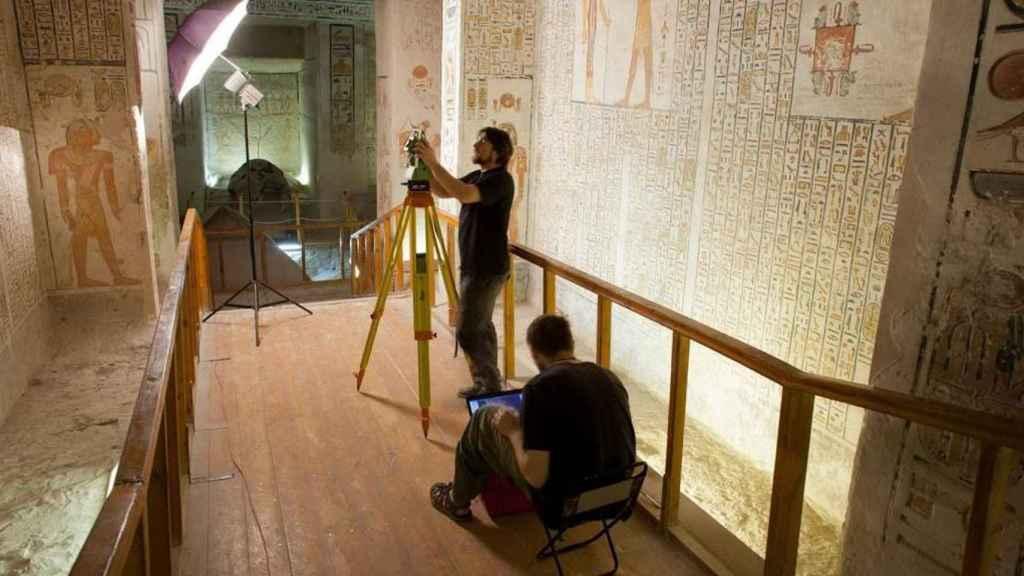 Arqueólogos polacos documentan la información que hay en las paredes.