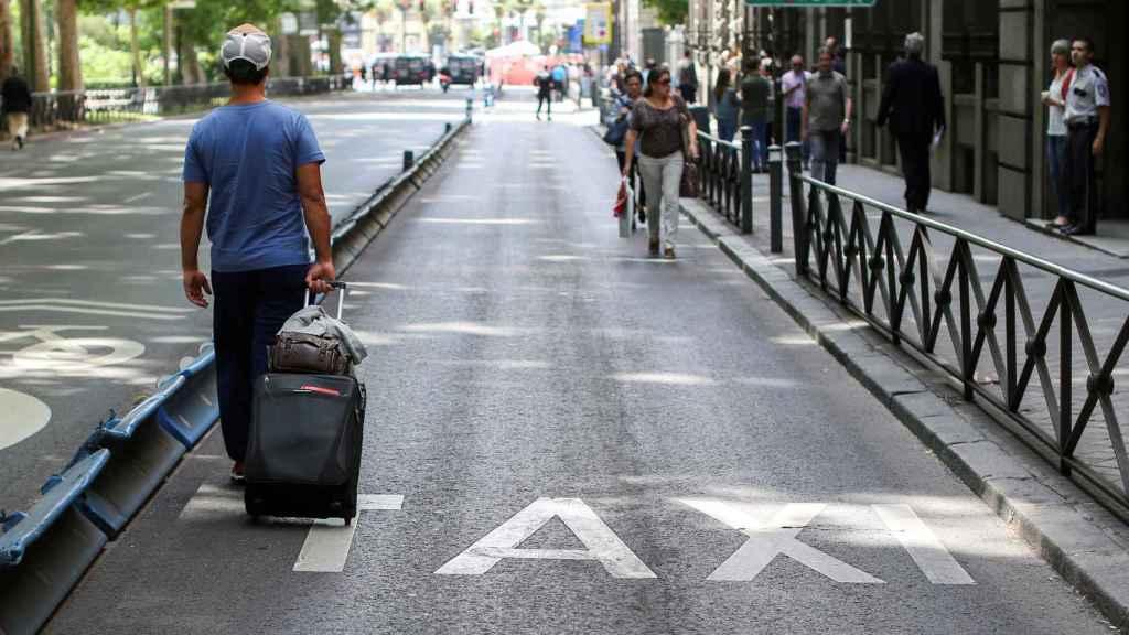 Un hombre busca un taxi en Madrid.