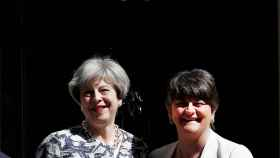 May y Arlene Foster este lunes frente a Downing Street
