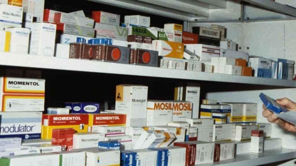 Estantería de medicamentos de una farmacia.