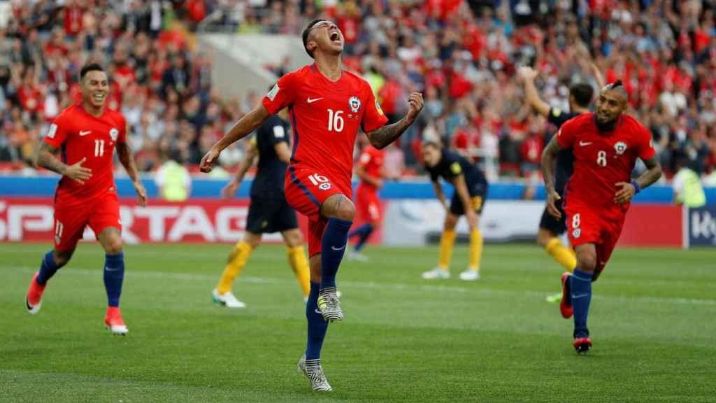 Martin Rodriguez celebra un gol de Chile ante Australia.