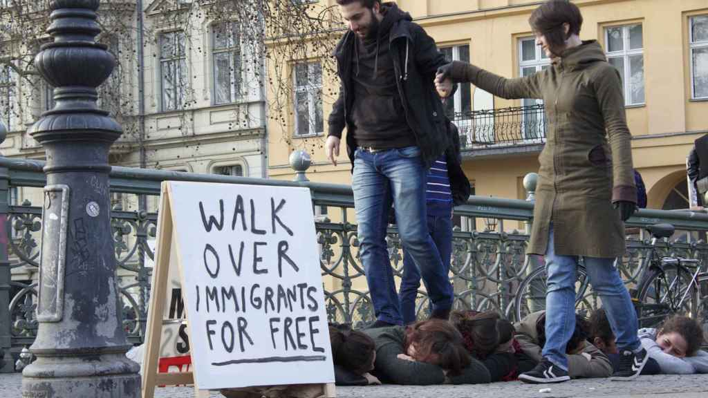 Performance Camina sobre inmigrantes gratis