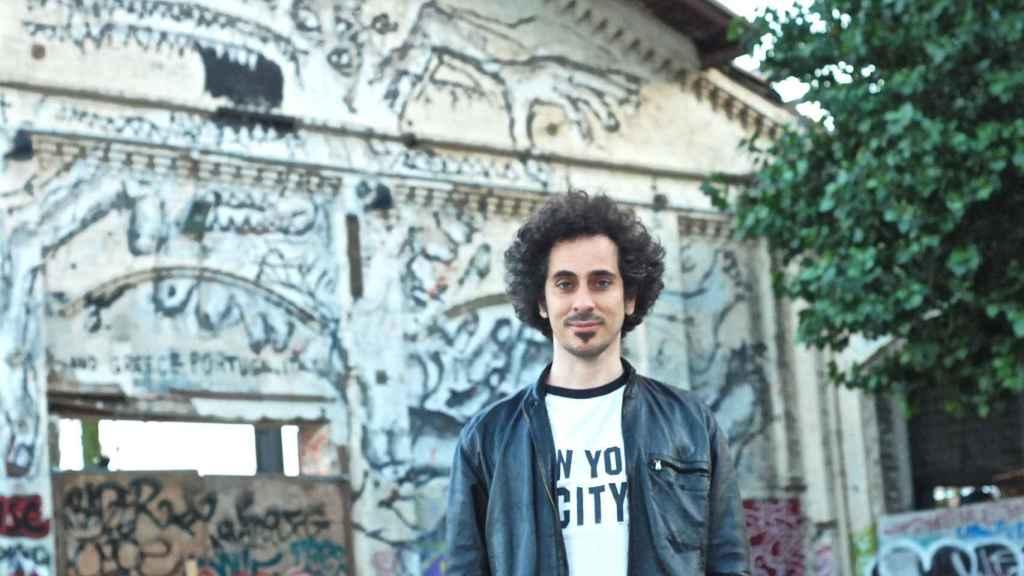 El artista barcelonés Rallitox posa para El Español  con una de sus obras detrás