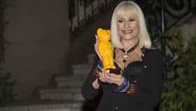 La cantante posa con el premio obtenido.