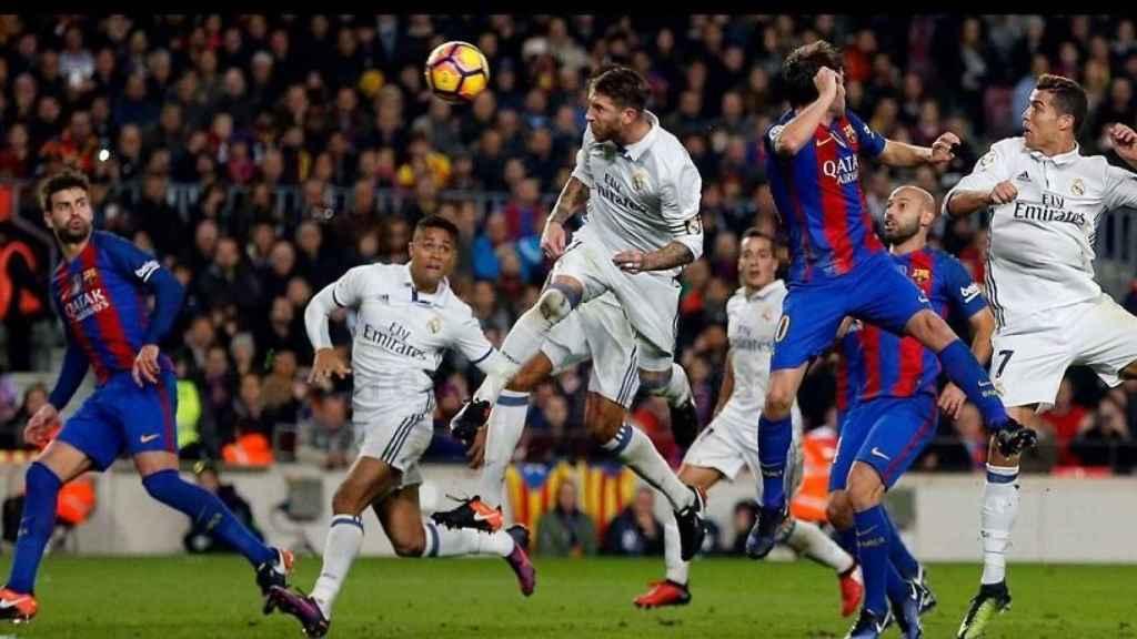 Ramos marcando al Barcelona