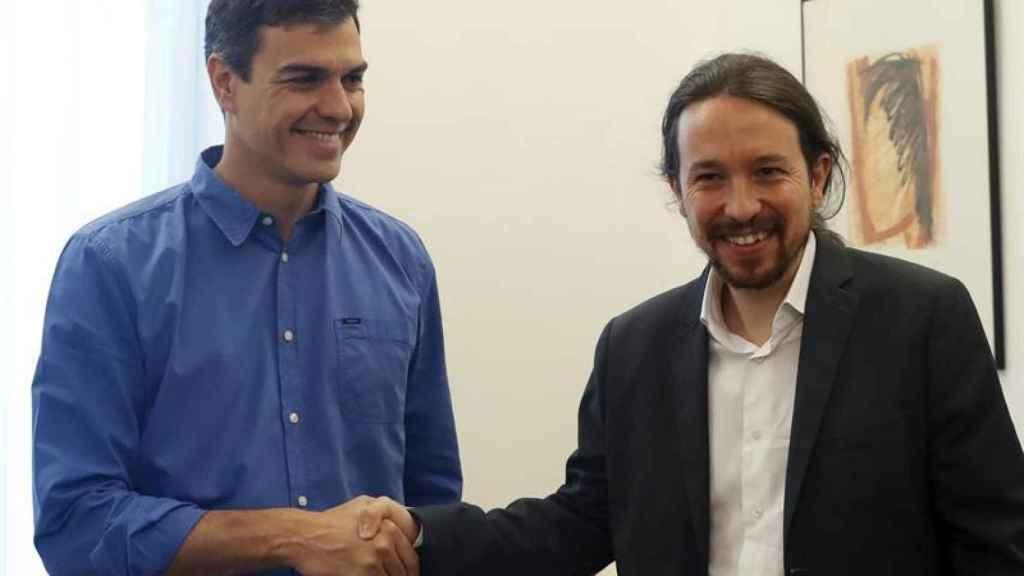 Sánchez e Iglesias estrechan sus manos este martes.