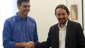 Sánchez e Iglesias estrechan sus manos.