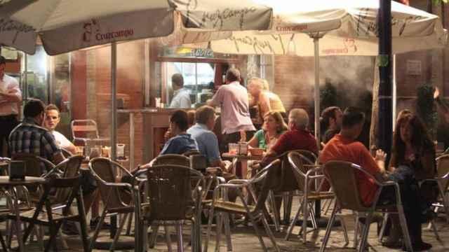 Varias personas disfrutan de la terraza de un bar
