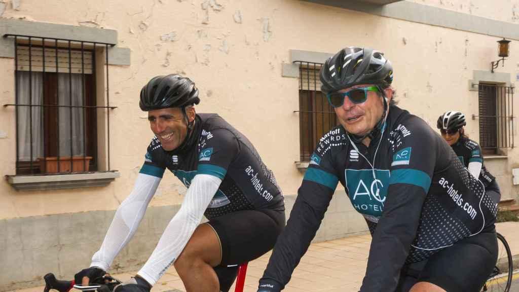 Miguel Indurain y Antonio Catalán (AC Hoteles) en una de las etapas de la carrera.