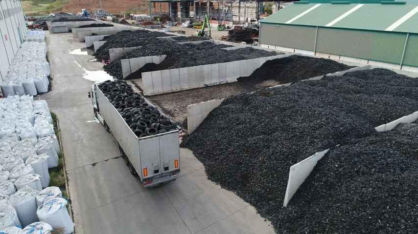 Proceso de reciclaje de neumáticos fuera de uso.