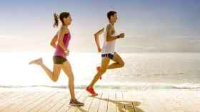 Un hombre y una mujer corren bajo el sol.
