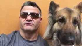 David Casinos junto a su perro.