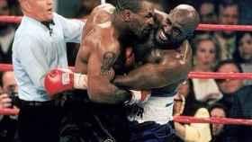 Tyson le muerde la oreja a Evander Holyfield.