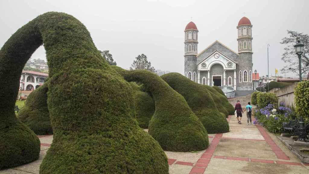 El curioso topiario de cipreses junto a la iglesia de San Rafael Arcángel es el mayor atractivo turísico de Zarzero.