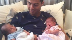Ronaldo no pudo conocer antes a los mellizos por estar disputando la Copa Confederaciones con su selección.