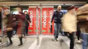 Llegada masiva de compradores en la madrileña calle de Preciados.