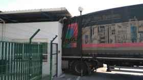 El camión empotrado en la garita de la fábrica de Iveco.