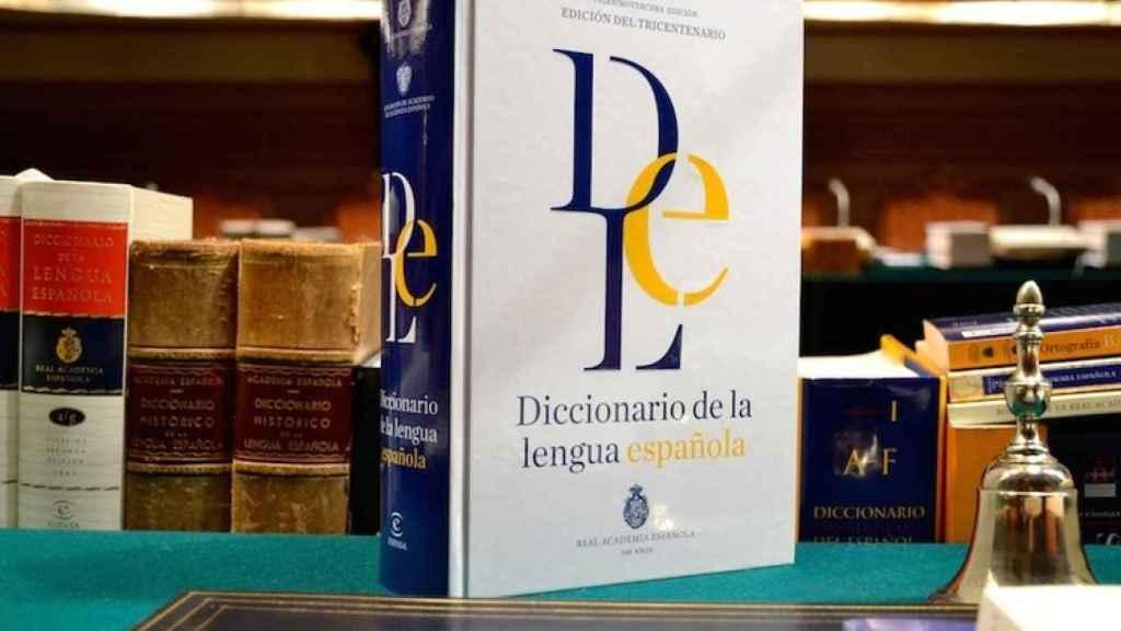 Un diccionario de la RAE.