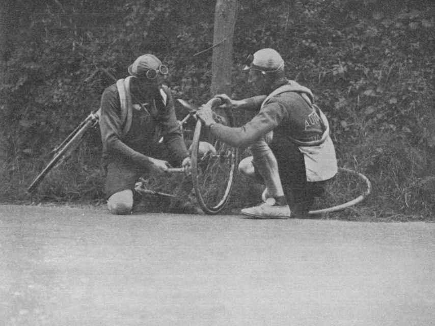 Así era el ciclismo hace un siglo, cuando los pinchazos eran un asunto personal.
