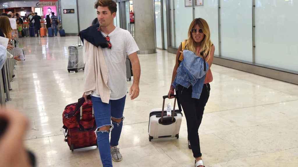 Alejandro Albalá e Isa Pantoja, en el aeropuerto.