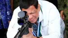Duterte con un rifle en una base aérea de la ciudad de Ángeles