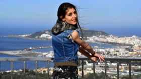 Sonia observa su ciudad, Ceuta, desde el mirador de Isabel II