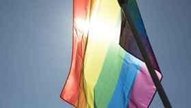 Una bandera luce en la marcha del Orgullo.