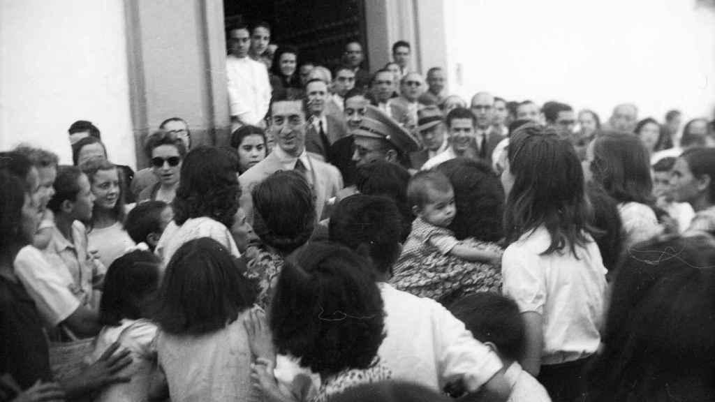 Manolete rodeado por una multitud en Córdoba