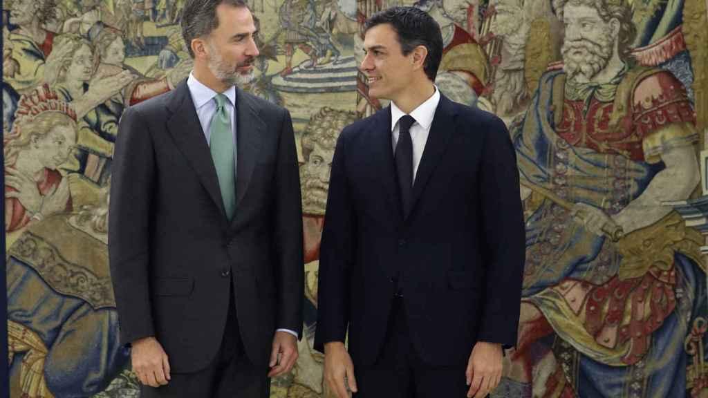 El rey Felipe VI y el líder del PSOE, Pedro Sánchez, este martes en Zarzuela.