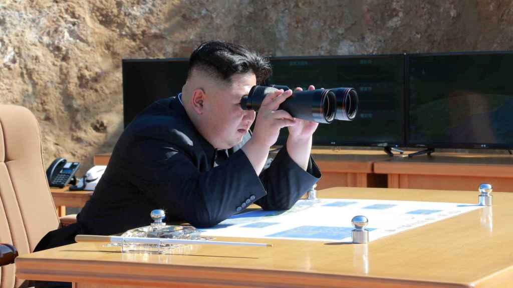 Kim Jong-un con sus prismáticos durante el lanzamiento del misil