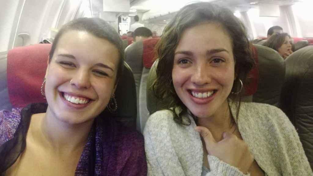 Laura y Andrea en el avión de Las Palmas a El Aaiún la noche del lunes.