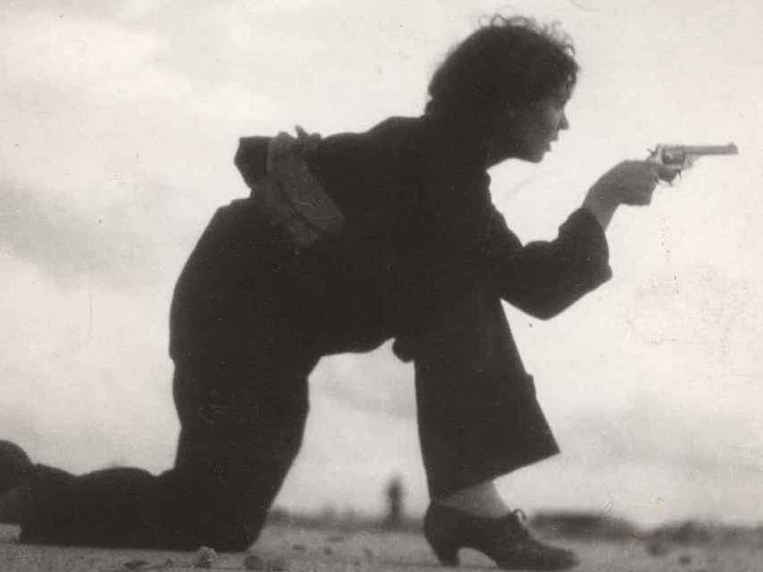 Una mujer republicana empuñando el arma. Fotografía de Gerda Caro.