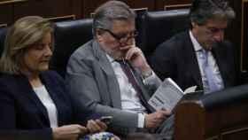 Iñigo Méndez de Vigo leyendo en el Congreso.