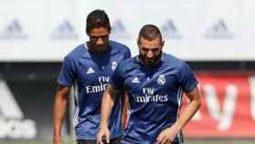 Varane y Benzema, entrenando en Valdebebas.