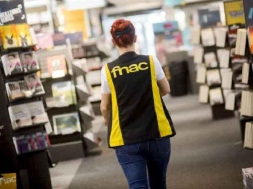 Una trabajadora de Fnac, en una imagen de archivo.