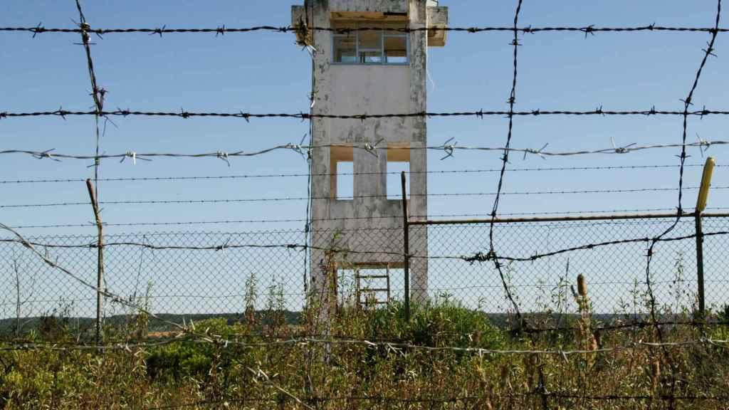 Torre de vigilancia abandonada en la base de Tancos.