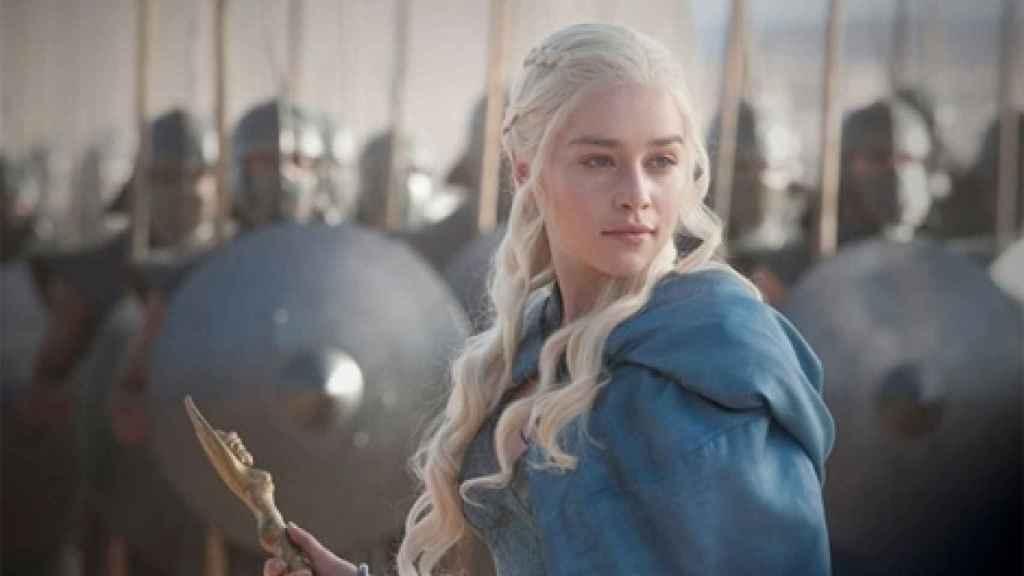 La actriz Emilia Clarke, en una de las escenas de la serie HBO