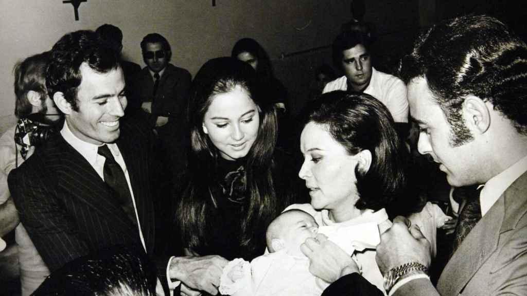 Julio Iglesias e Isabel Preysler el día del bautizo de su hija Chábeli, 1971.