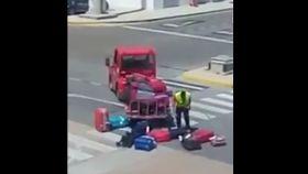 El operario fue grabado en móvil por los pasajeros