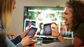 Risas con los amigos en el salón de casa con '¡Has sido tú!' para PlayLink