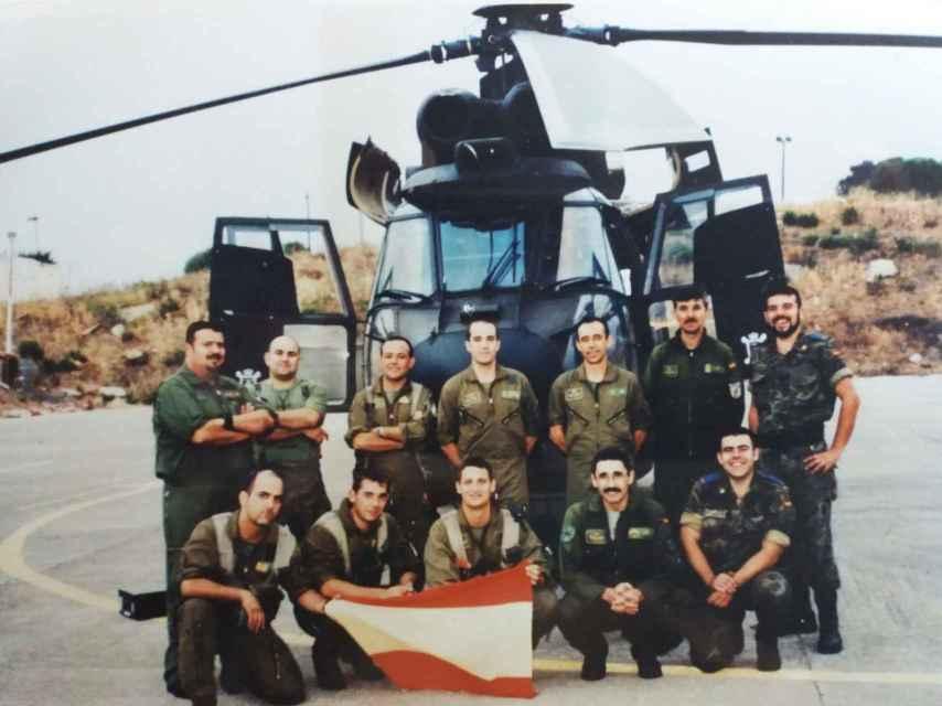 Los soldados de la misión posan ante uno de los helicópteros que participaron en la toma del islote.