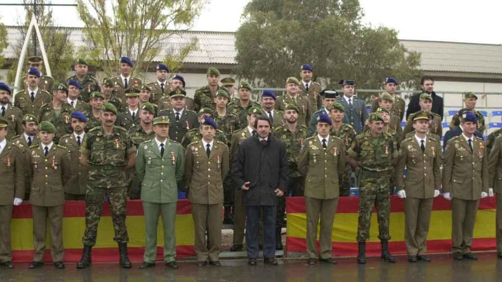 Los militares de la operación posan con José María Aznar, en aquel entonces Presidente del Gobierno. Tan solo les dio una indicación: Cero bajas.